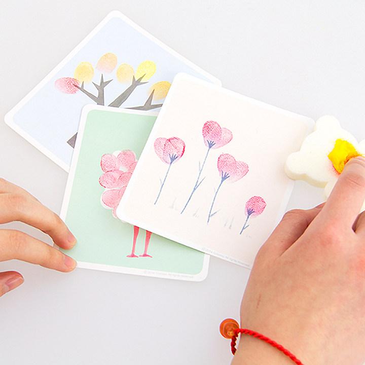 用手指直接蘸取颜料画画,按指印,掌印,自由涂鸦,可以充分发挥宝宝的