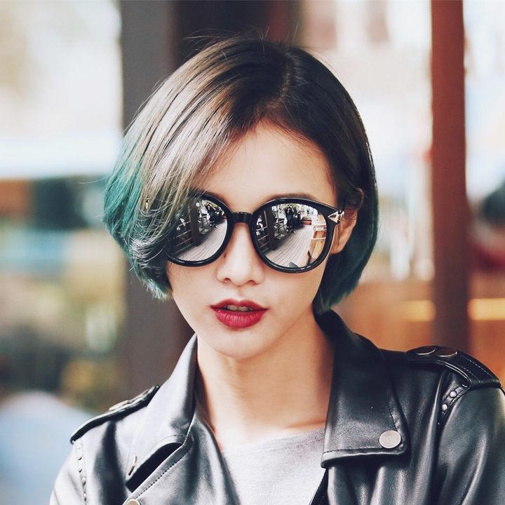 重要的是圆框墨镜除了带来时尚感,同时也能增加一份俏皮和可爱,春季