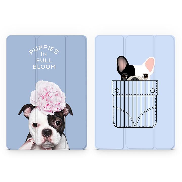 可爱的小狗狗,表情严肃,头上戴一朵粉色的花儿,底色是好看的蓝,搭配